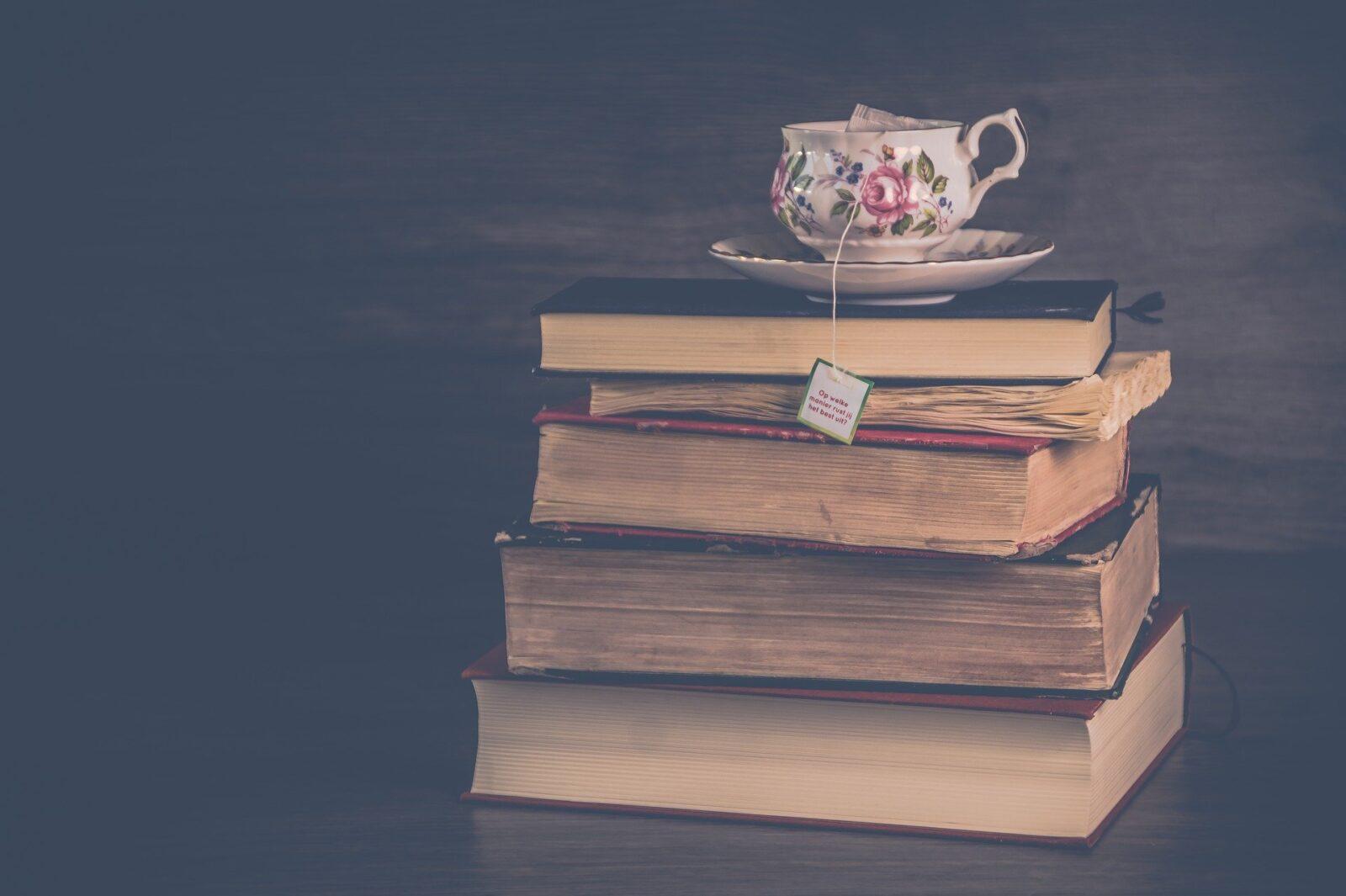 Kaffekopp på böcker.