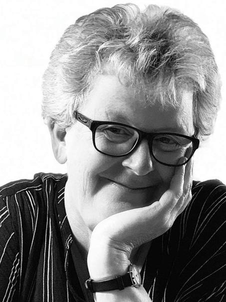 Svart och vit bild om författaren Lotta Olsson. Mustavalkoinen valokuva kirjailija Lotta Olssoninsta.